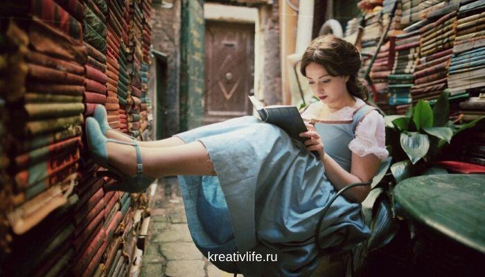 Библиотека со множеством книг, девушка читает