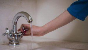 Течет вода, закрывает кран