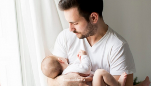 Молодой папа на руках с ребенком младенцем