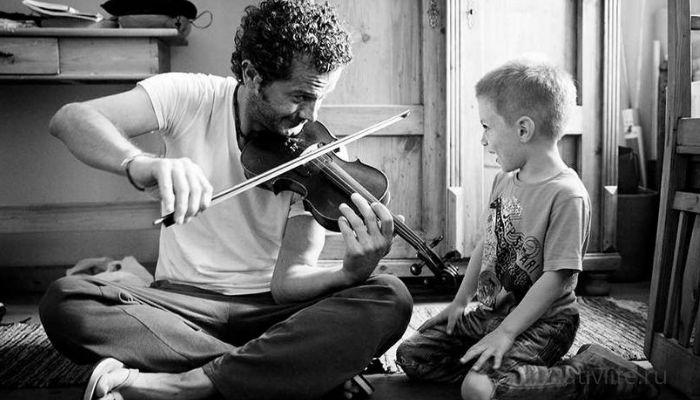 Мудчина, папа с сыном ребенком играет