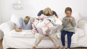 Мама, 2 детей, горы белья. Устала, хочет спать, не справляется.