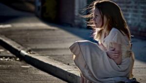 Грустная, расстроенная, одинокая девочка