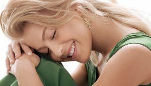 Как повысить свою энергетику.Красивая женщина, сидит и улыбается