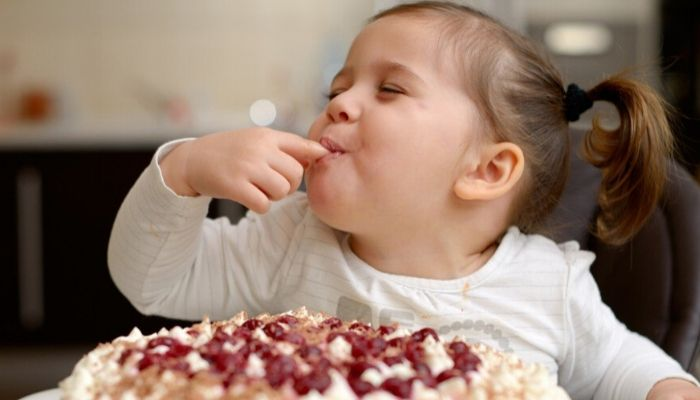 Девочка ест торт, сладости, вкусно, зажмурилась,