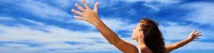 Девушка подняла руки на фоне неба, успех, счастье, радость