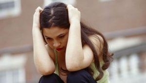 Грустная девушка наклонила голову