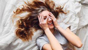 девушка сутра проснулась. Длинные волосы разбросаны по подушке