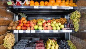 полезная еда на полках супермаркета