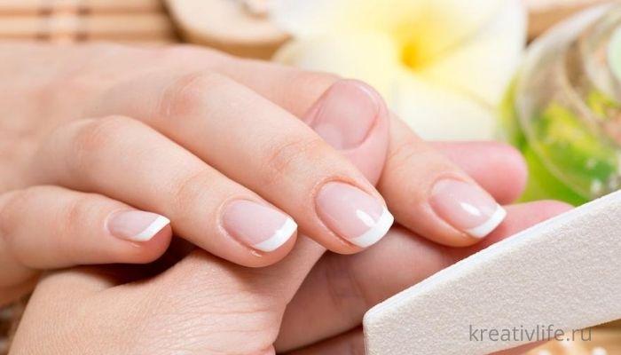 Натуральные ухоженные ногти у женщины