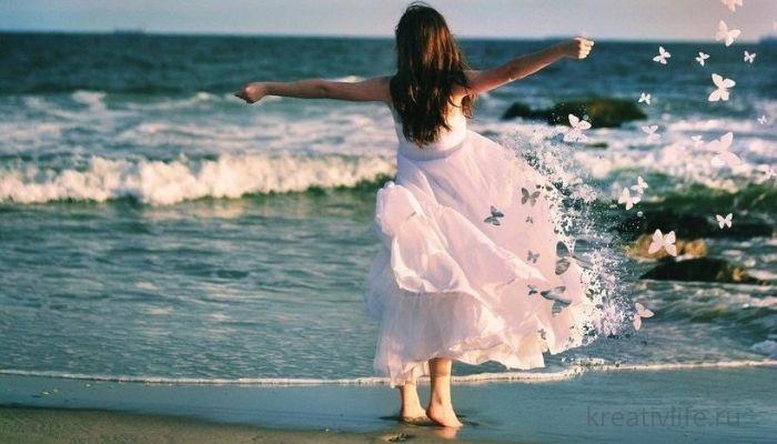 счастливая девушка на фоне моря