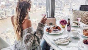 девушка завтракает на террасе: еда, настроение, красивый вид