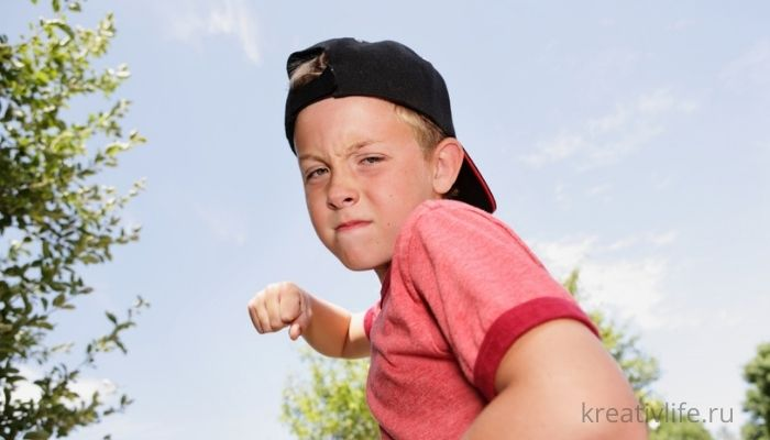 Агрессивные дети и подростки дерутся