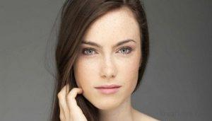 Девушка с естественным макияжем и красивой кожей