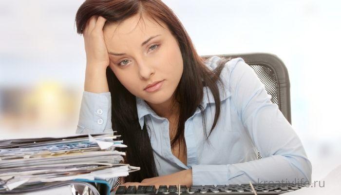 Девушка устала на работе, болит голова