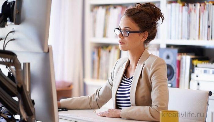 Девушка в очках за ноутбуком