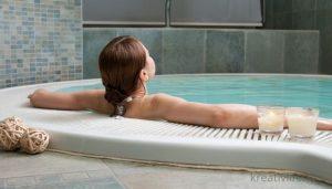 Девушка в джакузи ванне