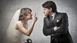 Мужчина и женщина ссорятся на свадьбе