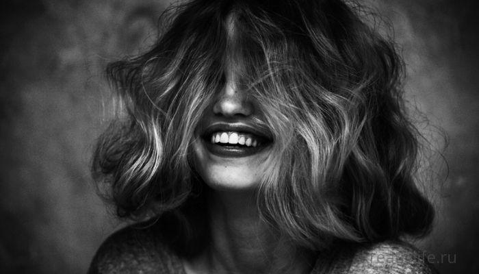 Девушка улыбается. Портрет эмоции