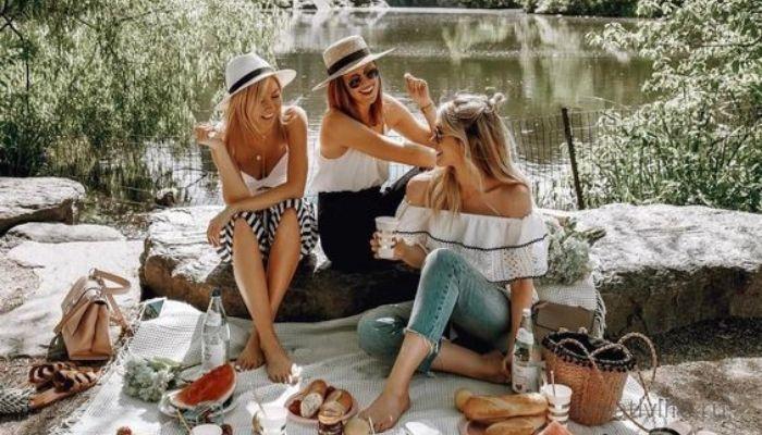 Компания девушек на пикнике разговаривает , общается, сплетничает,