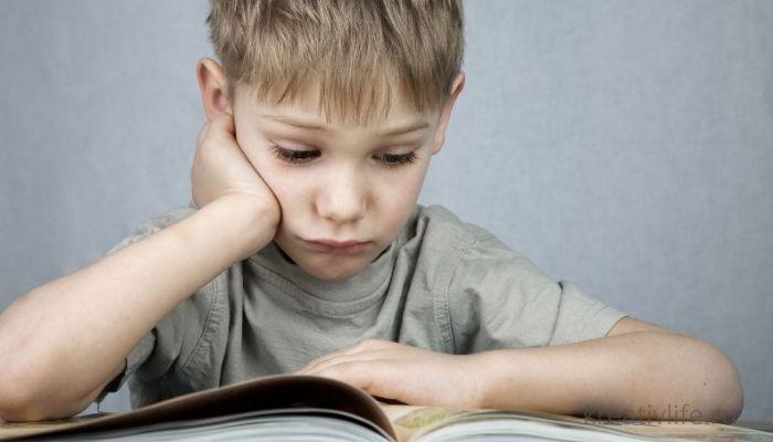 Ребенок читает книгу и развивается