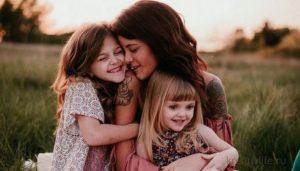 Мама с двумя дочками