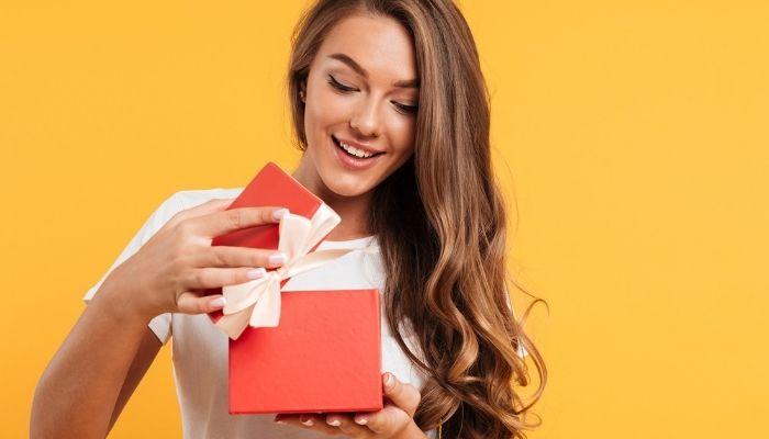 Девушка открывает подарок