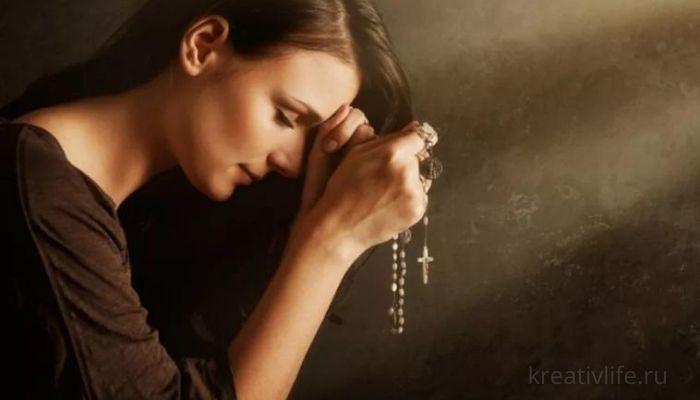 Женщина мать молится