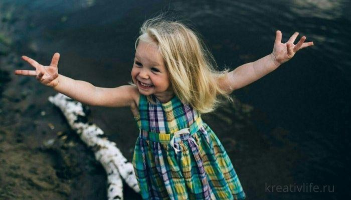 Веселая девочка ребенок