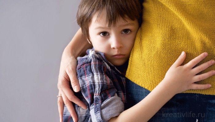 Застенчивый ребенка стесняется