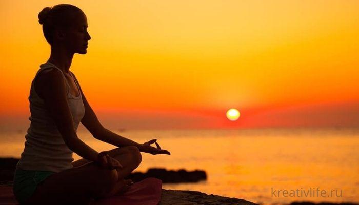 Женщина медитирует вечером перед сном