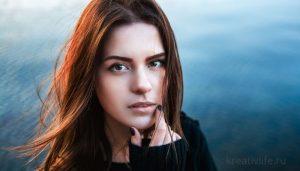 Портрет женщины задумчивой на фоне воды