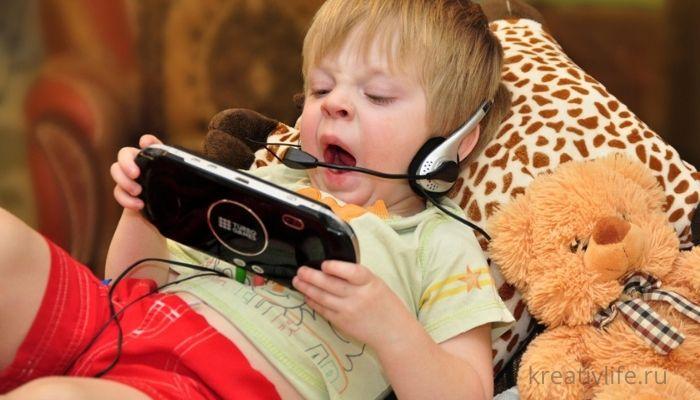 Маленький ребенок с планшетом и телефоном