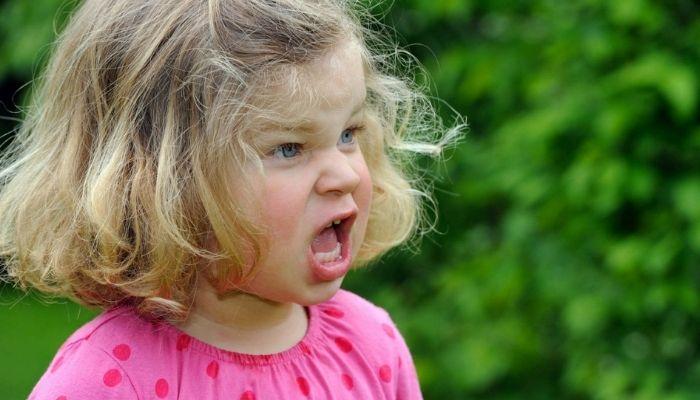 Непослушный ребенок капризничает