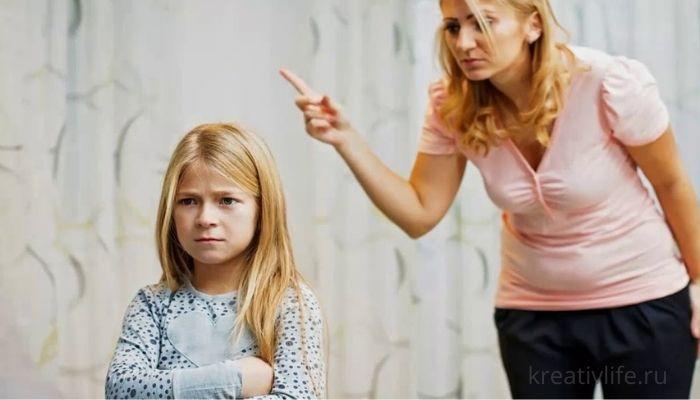 Мать кричит на дочку