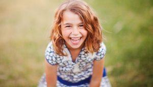Красивая девочка ребенок смеется