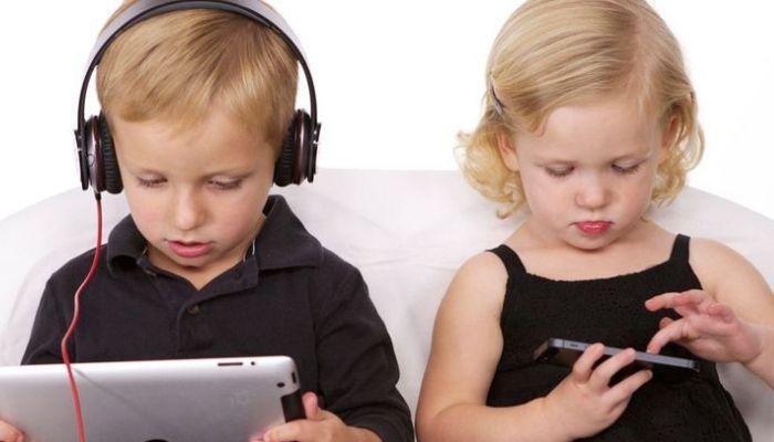Дети мальчик и девочка постоянно сидят в гаджетах