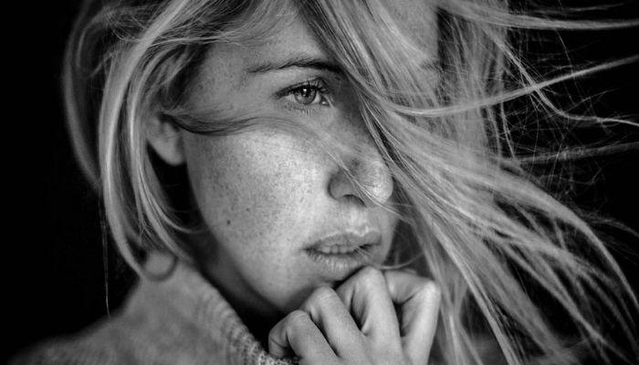 Черно - белое фото красивая девушка