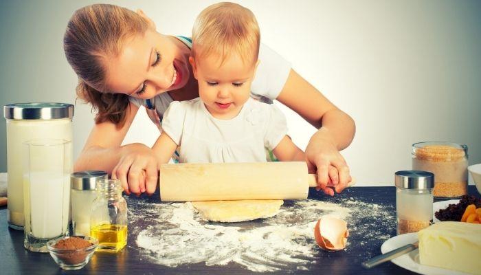 Ребенок с мамой на кухне