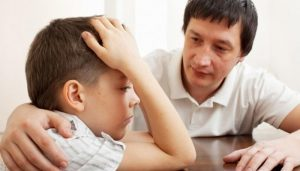 Отец разговаривает с сыном . Беседа папы с мальчиком