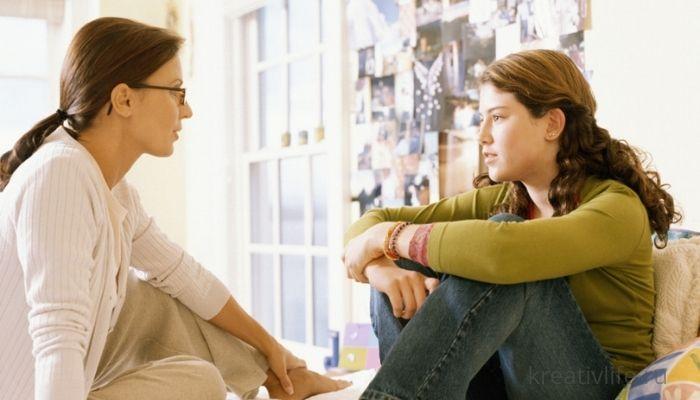 Мама разговаривает в девочкой подростком