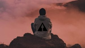 Человек медитирует на фоне природы