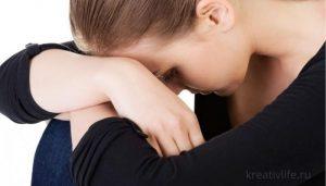 Печальная девушка грустит