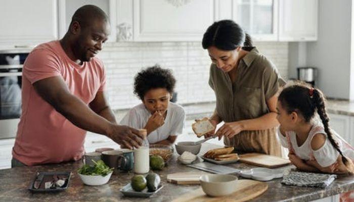 Семья с детьми готовит кушать