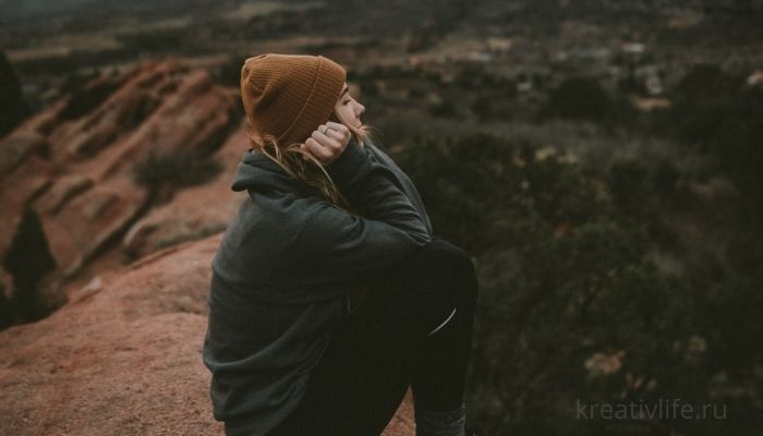 Задумчивая девушка на природе