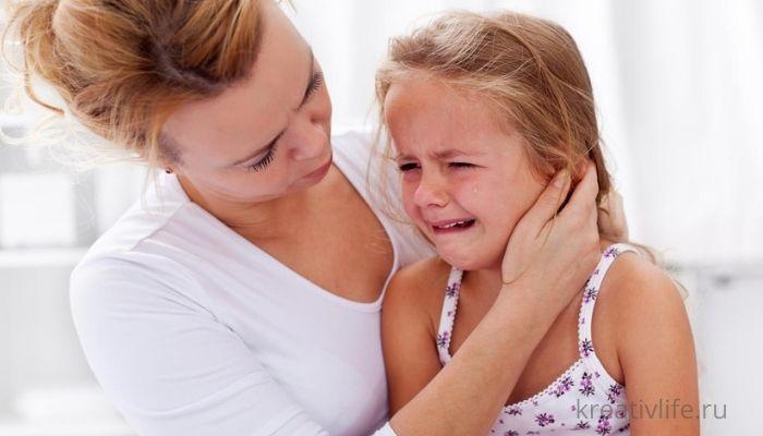 Девочка плачет и манипулирует мамой