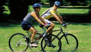 Катание на велосипеде весной на улице
