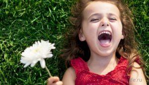 Счастливый ребенок радуется жизни