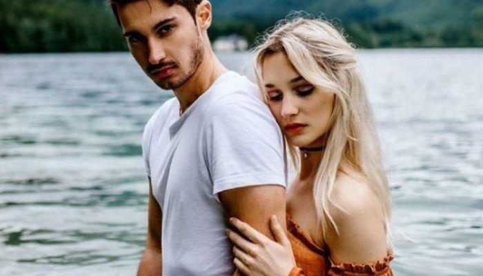 Красивая пара на фоне природы