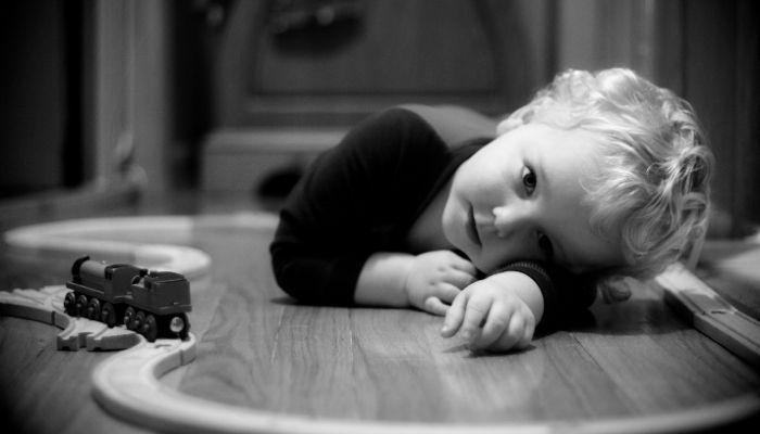 Ребенок скучает лежит на полу