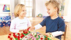 Мальчик и девочка играют.